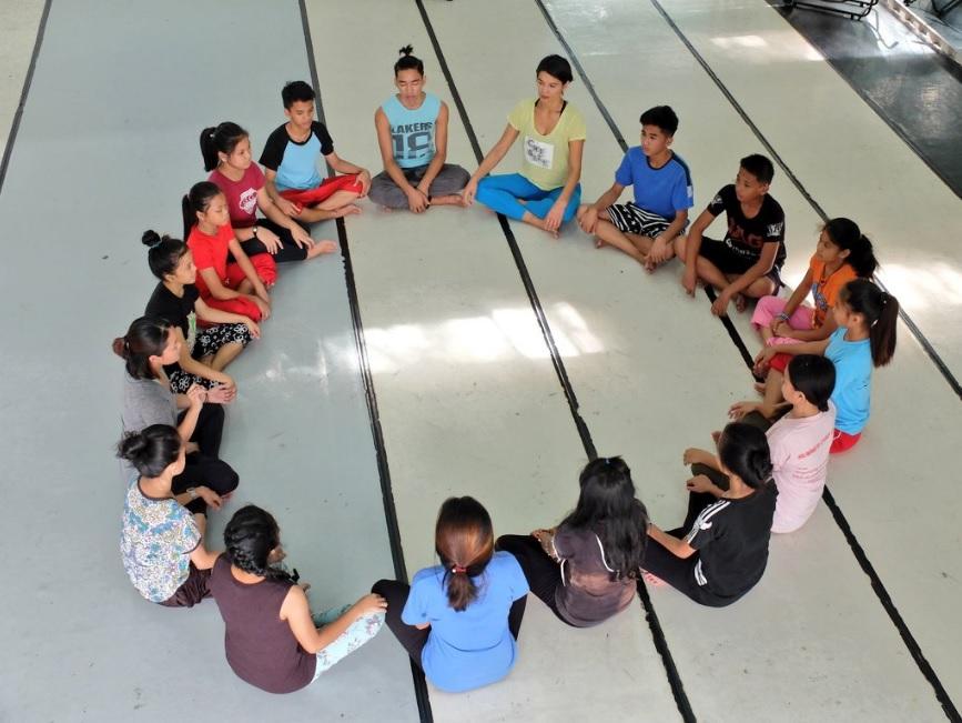 cours-danse-ambassade-2016-cameleon-association-philippines-france-aide-aides-aux-jeunes-filles-victimes-dagressions-sexuelles-violees-metoo-me-too-moi-aussi