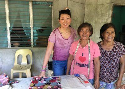 Atelier couture dans les villages avec les familles des enfants parrainés