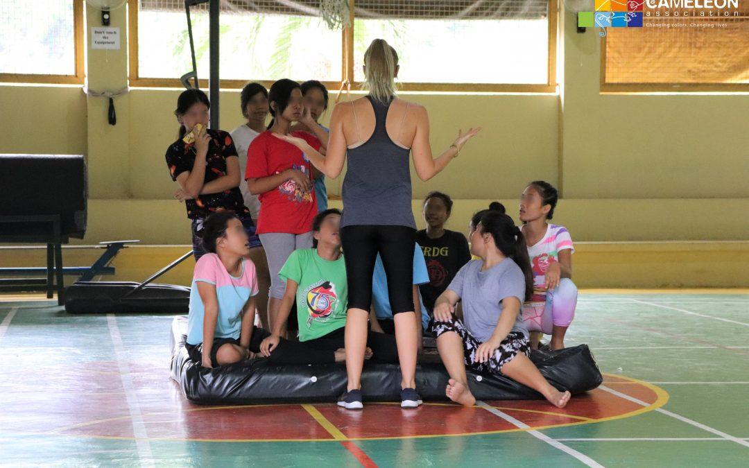Emma, artiste de cirque, en visite à CAMELEON Philippines