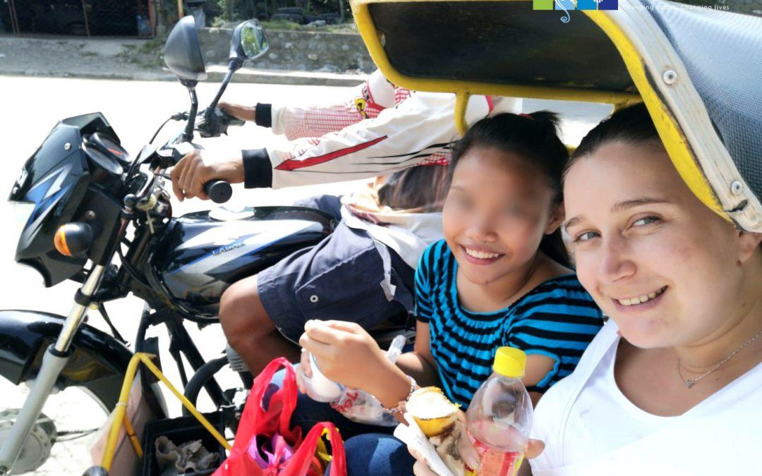 Oriane marraine, est venue rendre visite à sa filleule aux Philippines